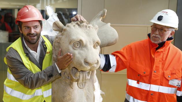 Auch Kabarettist und ÖBB-Testimonial Ciro de Luca (li.) gefällt das steinerne Fabelwesen. (Bild: Zwefo)