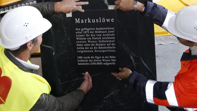 Auf einer Tafel am Sockel finden sich die wichtigsten Infos über den Markuslöwen. (Bild: Zwefo)