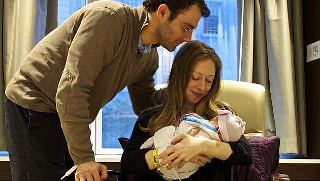 Chelsea Clinton, Marc Mezvinsky und Töchterl Charlotte (Bild: AP)