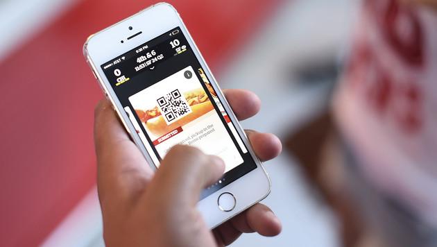 Mobilfunker erwägen Werbeblockade auf Handys (Bild: AP)