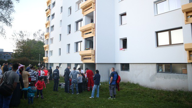 Der Zehnjährige stürzte aus dem sechsten Stock dieses Wohnhauses. (Bild: laumat.at/Matthias Lauber)