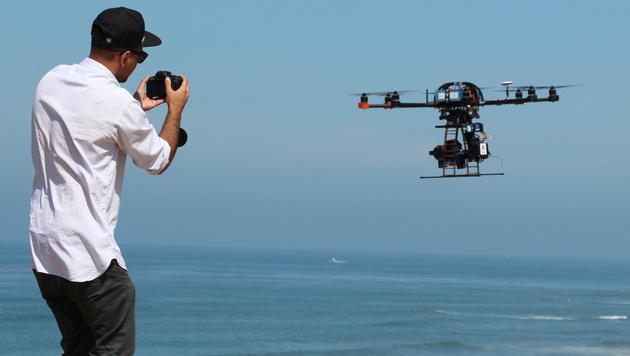 Kalifornien verbietet Kameradrohnen für Paparazzi (Bild: AP)