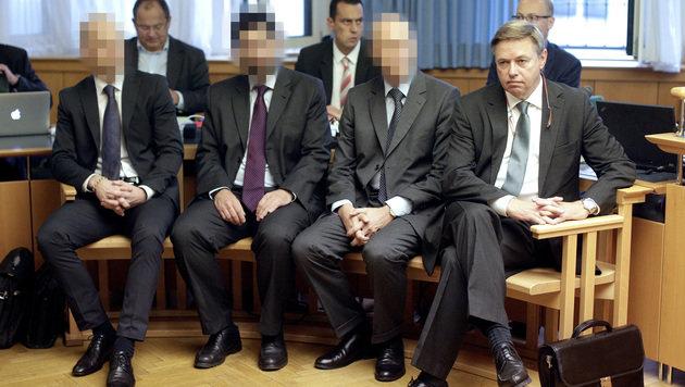 Der Ex-Kommunalkredit-Vorstand Reinhard Platzer (re.) mit drei weiteren Ex-Managern (Bild: APA/GEORG HOCHMUTH)