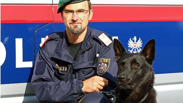 """Spürnase """"Nero"""" mit Diensthundeführer Gerhard Jessner (Bild: APA/LPD STEIERMARK)"""