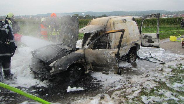 Das Auto brannte völlig aus. (Bild: FF Breitenbrunn)