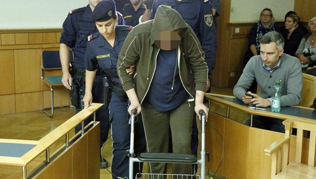 Die Angeklagte schleppte sich mithilfe eines Rollators in den Gerichtssaal. (Bild: Martin A. Jöchl)