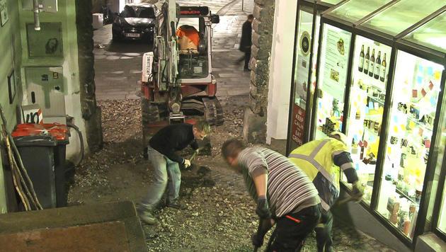 Helfer befreien die Linzergasse von Schutt und Geröll. (Bild: MARKUS TSCHEPP)