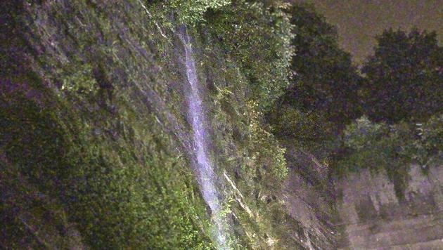 Am Mönchsberg bildete sich ein Wasserfall. (Bild: MARKUS TSCHEPP)