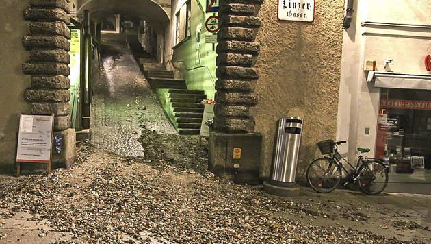 Die Linzergasse wurde durch Schutt und Geröll blockiert. (Bild: MARKUS TSCHEPP)