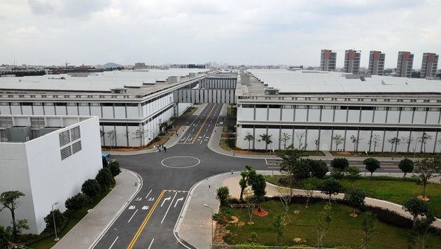 Auf diesem gewaltigen Fabrikgelände fertigt Huawei unter anderem Serverschränke für Mobilfunker. (Bild: Huawei)