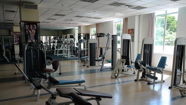 In den Mitarbeiter-Unterkünften gibt es Sport- und Fitnessangebote. (Bild: Dominik Erlinger)