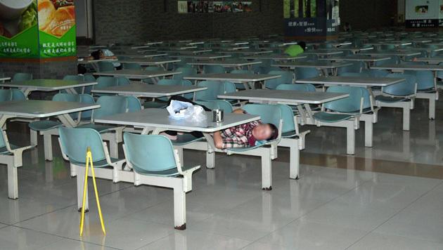 In China nicht unüblich: Der obligate Mittagsschlaf wird direkt in der Kantine gehalten. (Bild: Dominik Erlinger)
