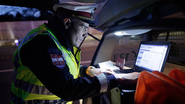 Ein Beamter bei einer Fahrzeugkontrolle in Klingenbach (Bild: APA/GEORG HOCHMUTH)