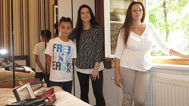 Daniela (33), ihr Sohn Mario (10) sowie Adriana (18) am Tatort (Bild: Florian Hitz)