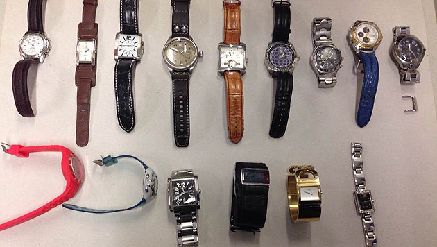 Zahlreiche Uhren hatte der Verdächtige an sich gerafft. (Bild: Polizei)
