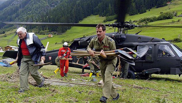 """Black Hawk"" im Katastropheneinsatz: Luftbrücke im Tiroler Paznauntal 2005 (Bild: APA/Meindl/Bundesheer)"