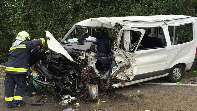 Der Motorraum des Kleinbusses wurde beim Zusammenstoß völlig zerstört. (Bild: APA/FOTO-KERSCHI.AT)