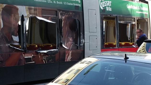 """Die Straßenbahn wurde aufgeschlitzte, zahlreiche Scheiben gingen dabei zu Bruch. (Bild: """"Krone""""-Leserreporter Martin Schnabel)"""