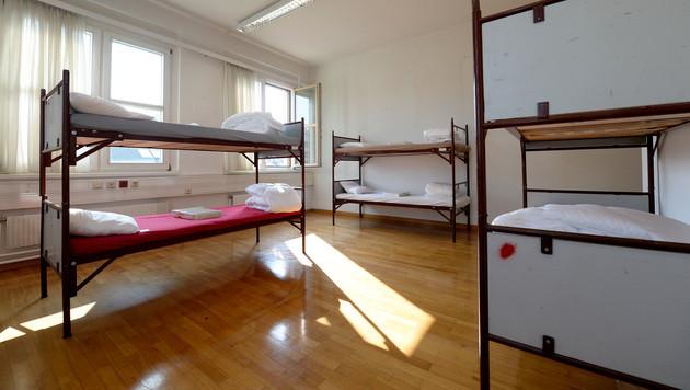 Leere Betten im Flüchtlingsquartier (Bild: APA/ROLAND SCHLAGER)