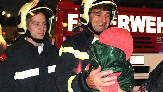 """Der Dreijährige war laut Feuerwehr """"erstaunlich tapfer"""". (Bild: Florian Zeilinger/Pressestelle BFK Mödling)"""