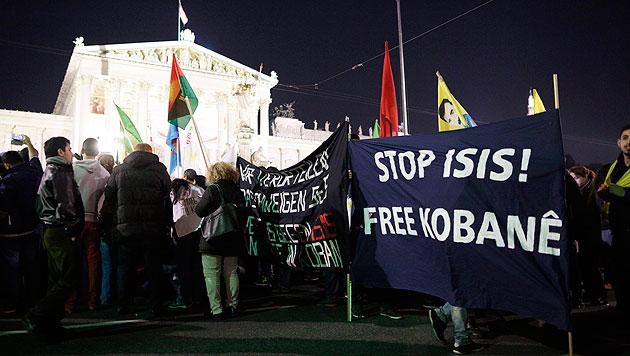Prokurdische Demonstranten vor dem Parlament (Bild: APA/Georg Hochmuth)