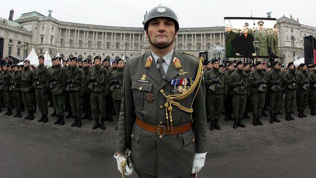 Aus dem Archiv: ein Offiizier vor den Reihen neuer Rekruten im Oktober 2007 (Bild: APA/Bundesheer/Tatic (Symbolbild))