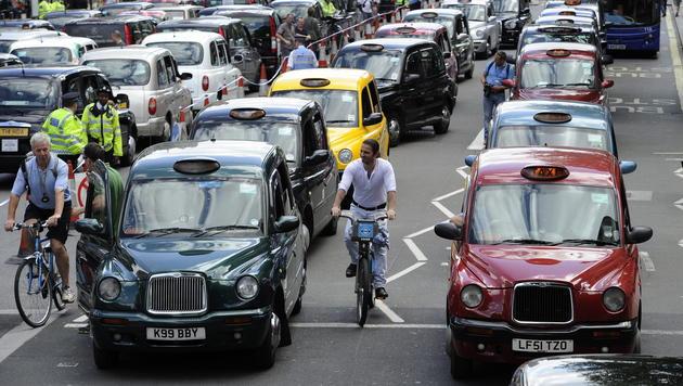 Über 190.000 vergessene Handys in Londoner Taxis (Bild: APA/EPA/FACUNDO ARRIZABALAGA)