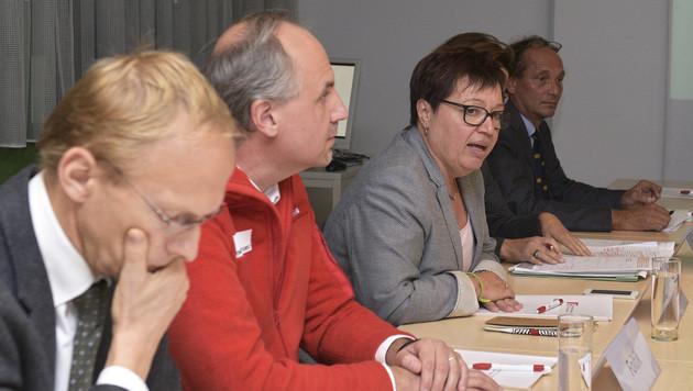 Gesundheitsministerin Sabine Oberhauser (mitte) zusammen mit Gesundheitsexperten (Bild: APA/HANS PUNZ)