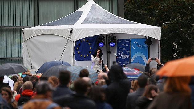 Conchita Wurst gab vor dem Europaparlament ein Konzert. (Bild: AP)