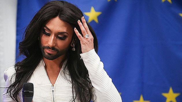 Tief berührt singt Conchita Wurst für die Menschen in Brüssel. (Bild: AP)