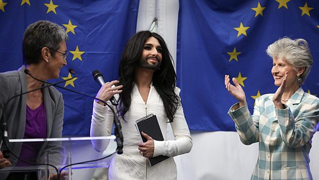 Ulrike Lunacek und Conchita Wurst (Bild: APA/EPA/OLIVIER HOSLET)