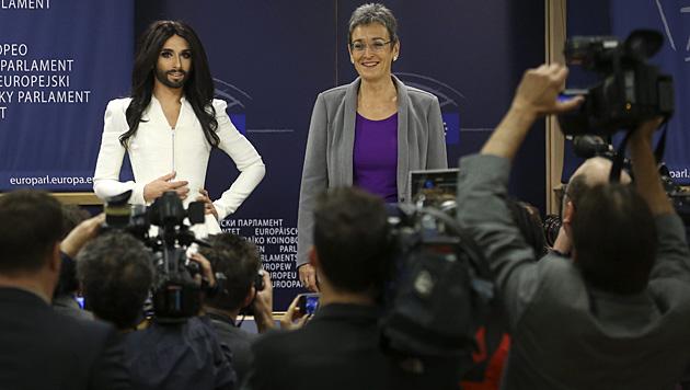 Conchita und Ulrike Lunacek (Bild: AP)