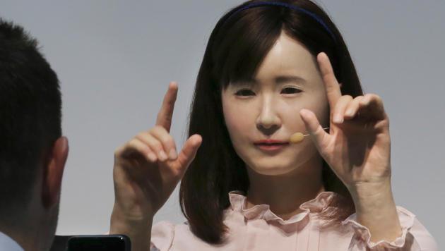 Toshiba zeigt auf der Ceatec diesen menschenähnlichen Gebärdensprache-Roboter. (Bild: AP)