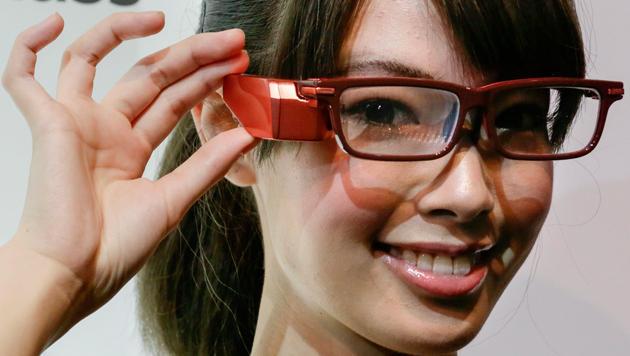Toshibas Google-Glass-Konkurrent ist vor allem für den Profi-Einsatz gedacht. (Bild: APA/EPA/KIMIMASA MAYAMA)