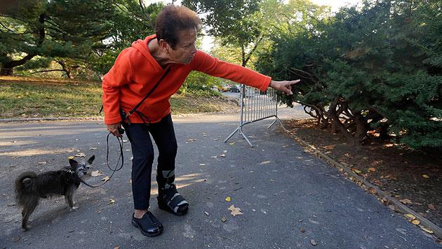 Florence Slatkin, die mit ihrem Hund Paco das tote Bärenjunge entdeckt hat, zeigt den Fundort. (Bild: AP)