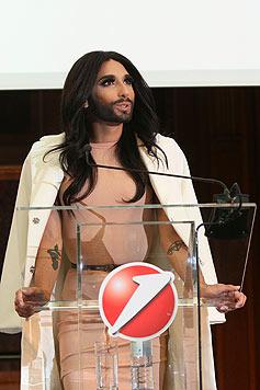 Conchita Wurst bei der Pressekonferenz. (Bild: Bank Austria)