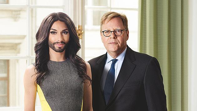 Conchita Wurst posiert mit Bank-Austria-Chef Willibald Cernko. (Bild: Bank Austria)