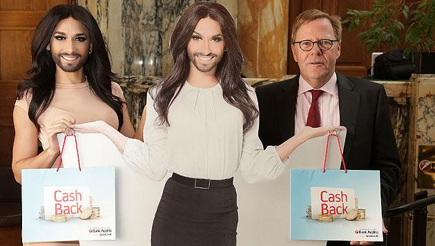 Conchita Wurst posiert mit Bank Austria-Chef Willibald Cernko hinter ihrer Pappfigur. (Bild: Bank Austria)