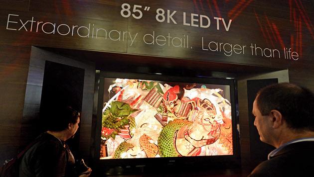 Der erste 8K-Fernseher kostet 120.000 Euro (Bild: APA/EPA/MICHAEL NELSON)
