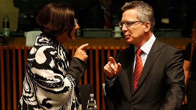Innenministerin Johanna Mikl-Leitner mit ihrem deutschen Kollegen Thomas de Maiziere in Luxemburg (Bild: APA/EPA/CHRISTOPHE KARABA)