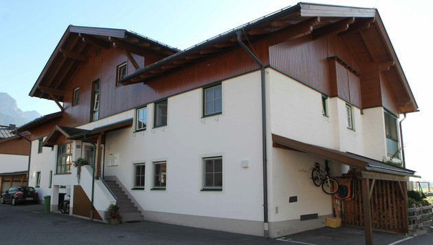 In einer Wohnung in diesem Haus in Saalfelden im Pinzgau kam es zur erschütternden Bluttat. (Bild: APA/NEUMAYR/SB)