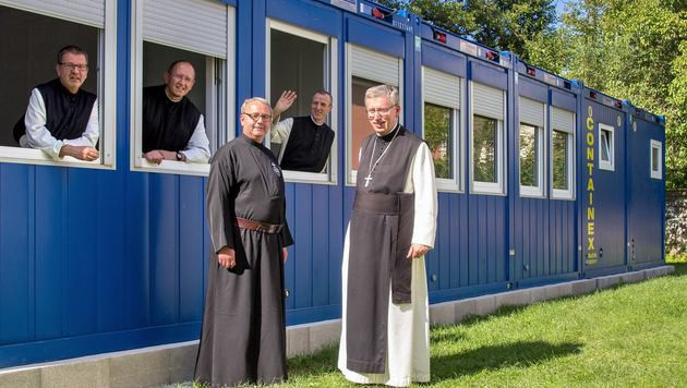 Abt Maximilian (re.) segnete die Wohncontainer des Leopoldinum. (Bild: Hochschule Benedikt XVI. Heiligenkreuz/Susanne Hammerle)