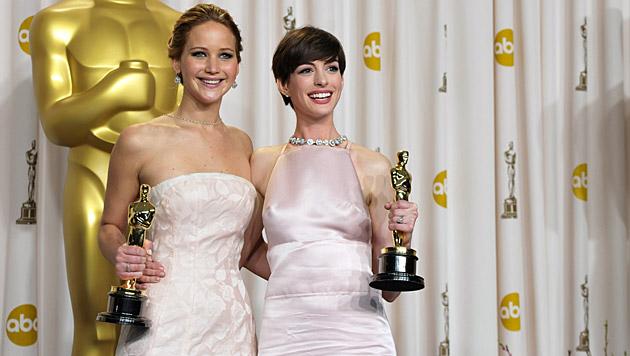 Jennifer Lawrence und Anne Hathaway mit ihren Goldjungen. (Bild: AP)