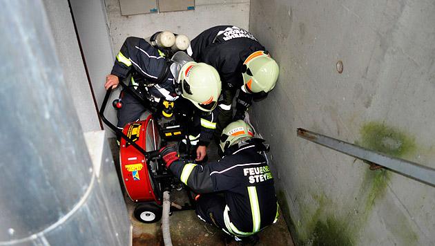 Nach der Evakuierung des Gebäudes konnten die Helfer mit ihrer Arbeit beginnen. (Bild: FF Steyregg)