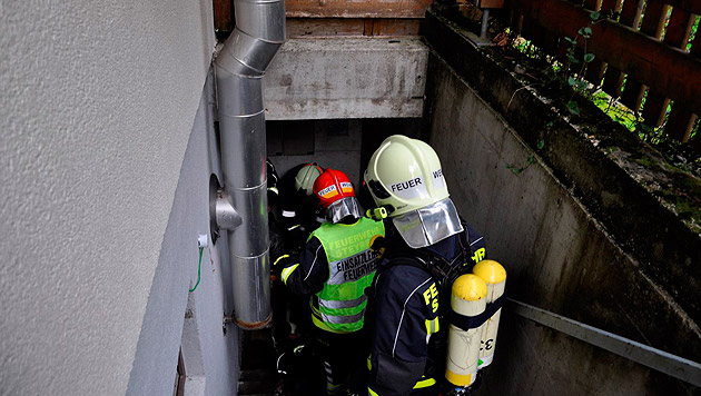Nur mit schwerem Atemschutz betraten die Feuerwehrleute den Keller des Hauses. (Bild: FF Steyregg)