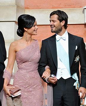 Verliebt: Sofia Hellqvist strahlt ihren Prinzen mit ihrer entzückenden Zahnlücke an. (Bild: AP)
