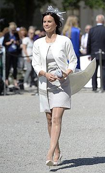 Im eleganten weißen Kostüm bei der Taufe von Prinzessin Leonore (Bild: EPA)