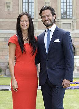 Sofia Hellqvist mit Prinz Carl Philip bei der Bekanntgabe ihrer Verlobung im eleganten roten Kleid (Bild: AP)