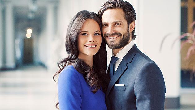Strahlend, die dunklen Locken glänzend gestylt, kuschelt sich Sofia an ihren Prinzen. (Bild: Erika Gerdemark, kungahuset.se)