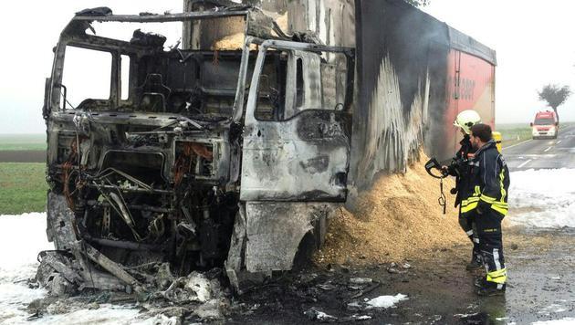 Auslaufender Dieseltreibstoff wurde von der Feuerwehr gebunden. (Bild: APA/FEUERWEHR)